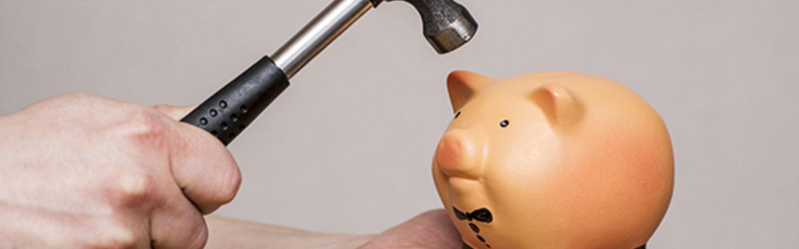 Hammer on a piggy bank (bs390105508)_.jpg