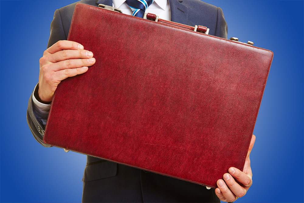 man holding red briefcase - budget - blue background (bs 109455590)_web.jpeg